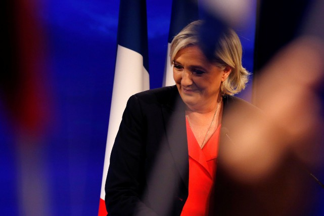 Marine Le Pen a adopté un visage neutre et... (PHOTO REUTERS)