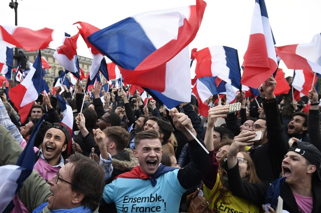 Drapeaux français en main, les partisans du nouveau... (PHOTO AFP)