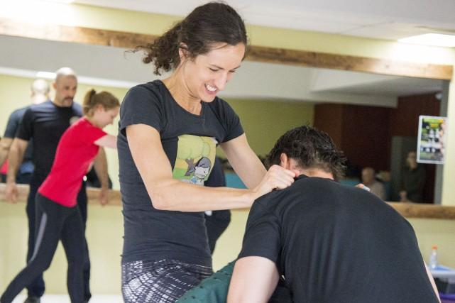 Sara Bureau-Royer pratique l'une des techniques d'autodéfense apprises... (Spectre Média, Marie-Lou Béland)