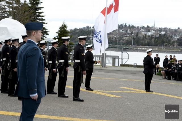 Les membres du NCSM Champlain ont commémoré la... (Photo Le Quotidien, Jeannot Lévesque)