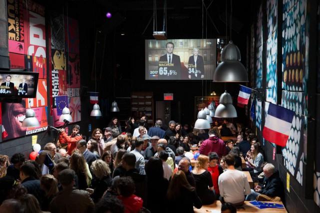 Rassemblés au bar La Quincaillerie sur le Plateau... (Photo Robert Skinner, La Presse)