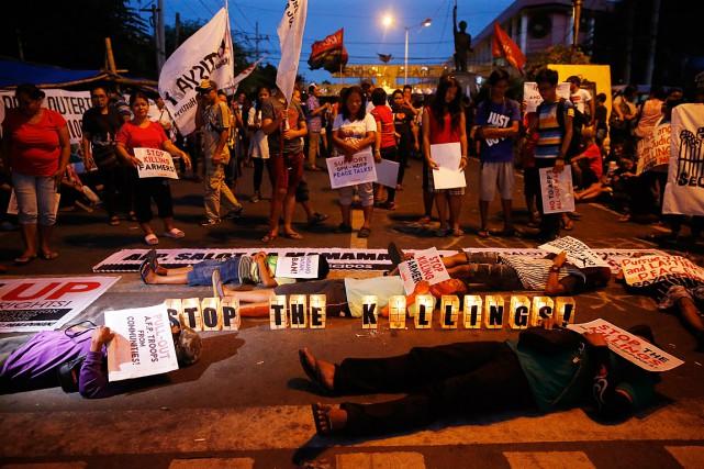 Des manifestants ont simulé des décès lors d'un... (PHOTO Bullit Marquez, ASSOCIATED PRESS)