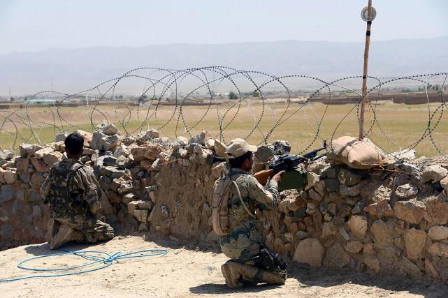 Des membres de la police frontalière afghane surveillent... (PHOTO JAVED TANVEER, AGENCE FRANCE-PRESSE)