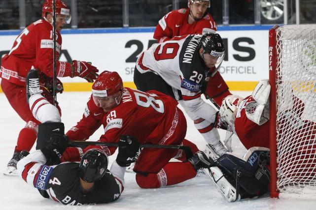 Nathan MacKinnon (29) a inscrit deux buts dans... (Photo Grigory Dukor, Reuters)