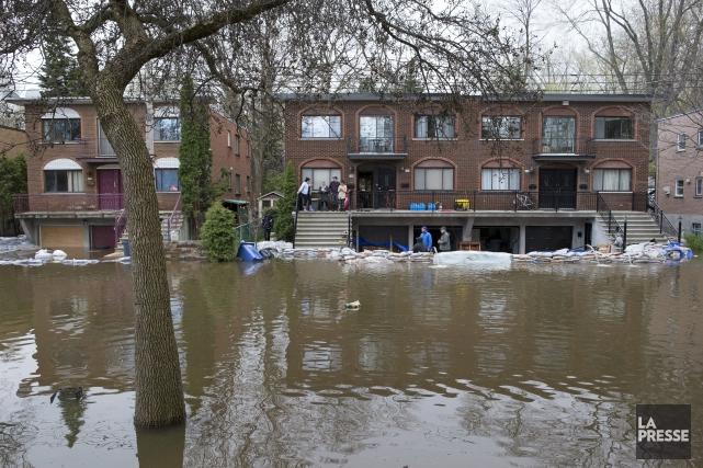 Inondations sur la rue Cousineau, à Montréal, au... (Photo Robert Skinner, archives La Presse)