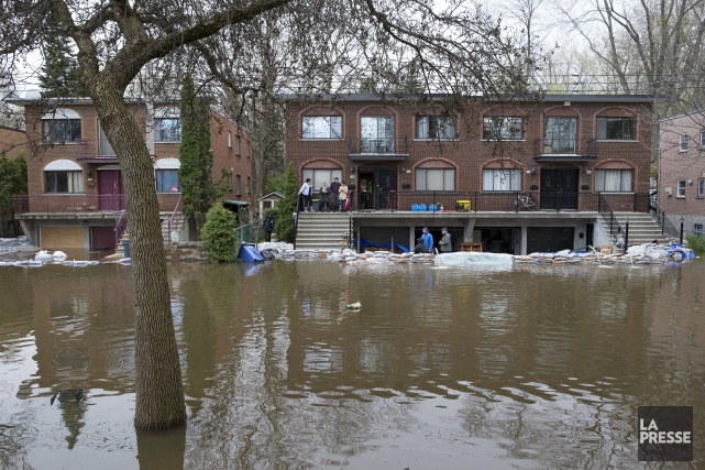 Inondations sur la rue Cousineau.... (Photo Robert Skinner, La Presse)