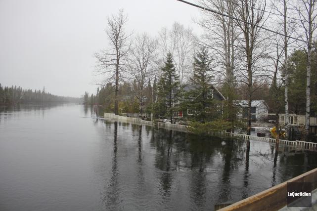 La rivière Ouiatchouan fait des siennes à Saint-François-de-Sales.... (Le Quotidien, Isabelle Tremblay)