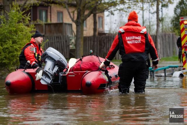 Inondation à Pierrefonds. La 5e avenue complètement submergée.... (PHOTO NINON PEDNAULT, LA PRESSE)