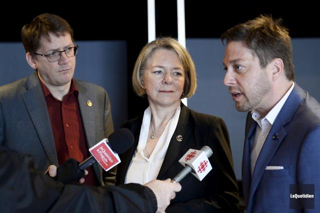 Le député de Jonquière, Sylvain Gaudreault, accompagné de... (Photo Le Quotidien, Jeannot Lévesque)