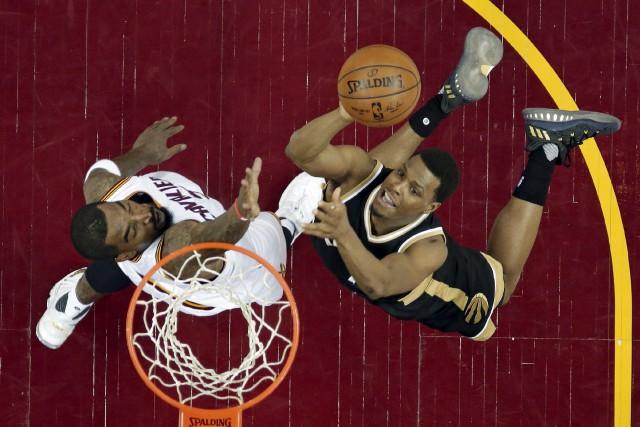 Kyle Lowry des Raptors (à droite) ne se... (AP, Tony Dejak)