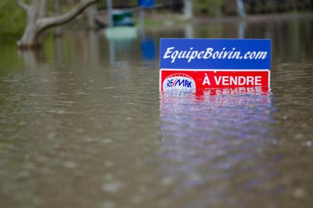La 5e Avenue est complètement submergée à Pierrefonds.... (PHOTO NINON PEDNAULT, LA PRESSE)