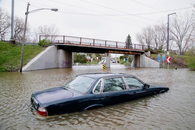 Cette voiture a été abandonnée à l'intersection de... (PHOTO ALAIN ROBERGE, LA PRESSE)