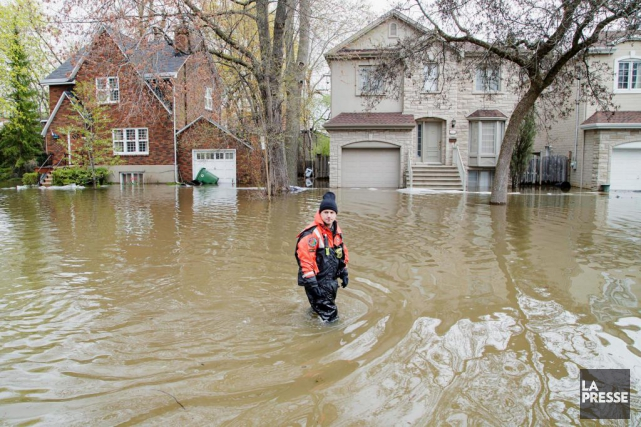 Une rue inondée du quartier Ahuntsic-Cartierville... (La Presse, Alain Roberge)