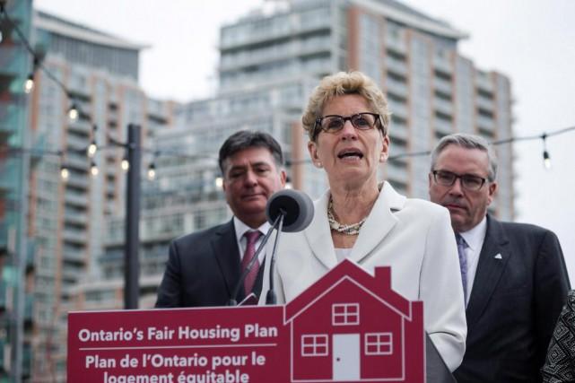 Le gouvernement deKathleen Wynnea imposé le mois dernier... (PhotoChristopher Katsarov, Archives La Presse canadienne)