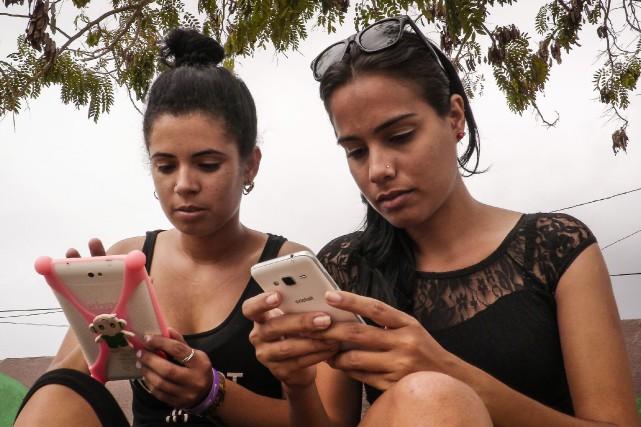À Cuba, l'accès à internet est cher et... (AFP)