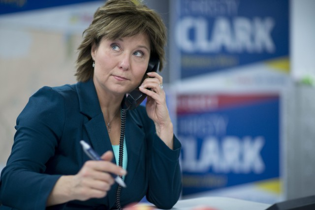 La première ministre sortante et candidate du Parti... (Photo Jonathan Hayward, La Presse Canadienne)