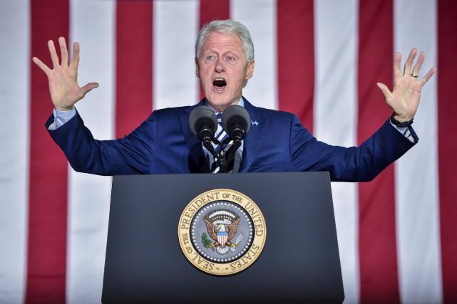 Bill Clinton a écrit un roman avec l'écrivain... (AFP, Nicholas Kamm)