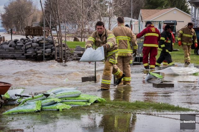 Des pompiers de qu bec combattent le fleuve en mauricie for Meuble canadel louiseville