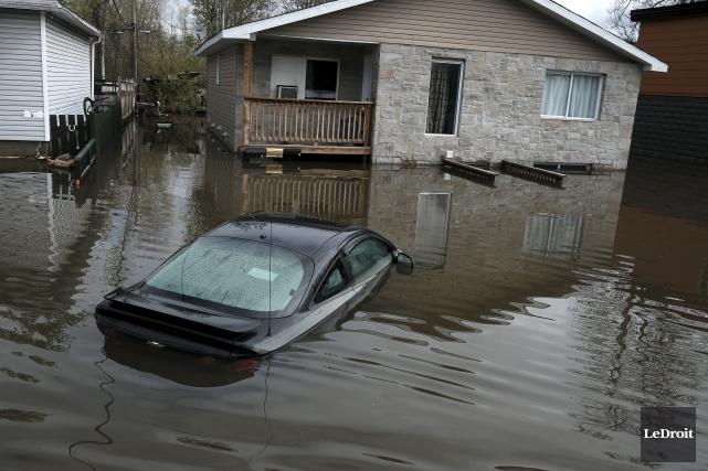 Un quartier inondé en Outaouais... (Le Droit, Patrick Woodbury)