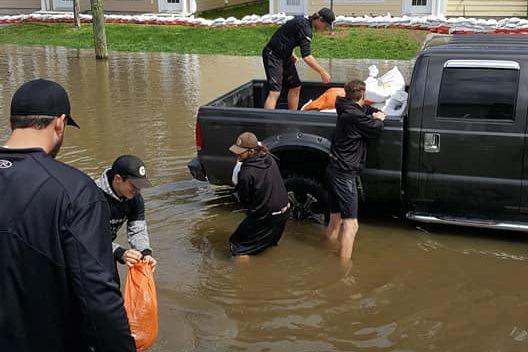 Privés de leur terrain d'entraînement actuellement inondé, des... (photo tirée de la page facebook deStéphane Pétronzio)