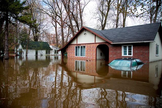 L'eau a inondé ces terrains, à Pierrefonds.... (Christinne Muschi, REUTERS)