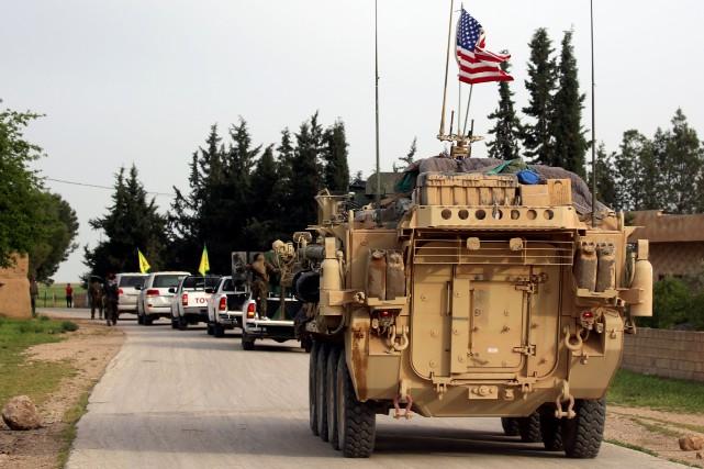 Un tank américain accompagne des milices kurdes dans... (PHOTO DELIL SOULEIMAN, archives AFP)