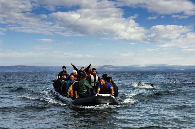 Un petit bateau de migrants s'approche de la... (ARCHIVES AFP)