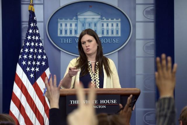 Sarah Huckabee Sanders remplace Sean Spicer, qui a... (AP)