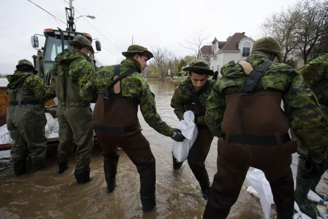 Les quelque 2000 militaires qui sont à pied d'oeuvre dans les régions du Québec... (PHOTO NINON PEDNAULT, LA PRESSE)