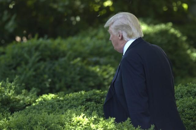 Donald Trump dans laroseraie de la Maison-Blanche.... (PHOTO AP)