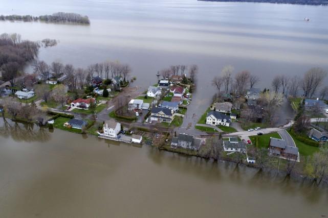Plusieurs avenues perpendiculaires au Fleuve Ouest sont inondées... (Stéphane Lessard)