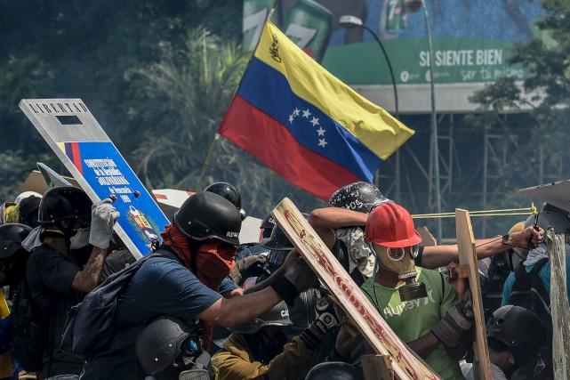 Au moins 38 personnes sont mortes en plus... (Photo CARLOS BECERRA, AFP)