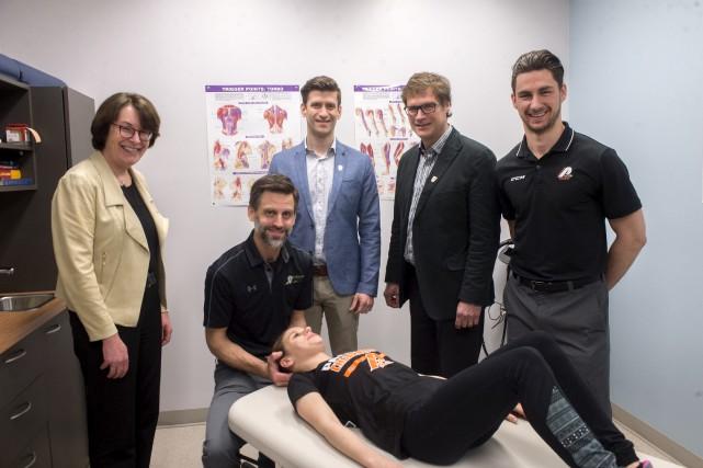 À l'avant: Jade Charlevoix, athlète, recevant un traitement... (Stéphane Lessard)