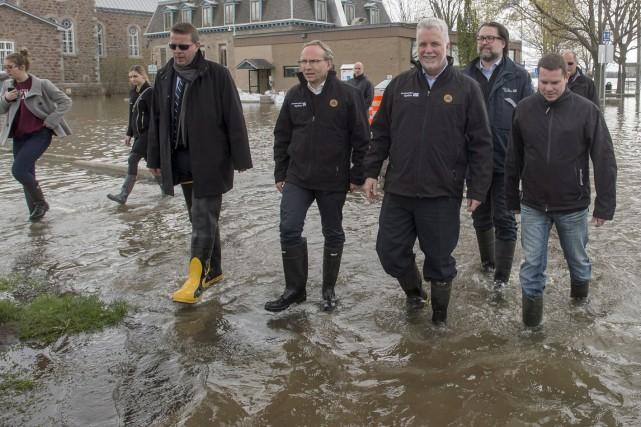 Pendant que le gouvernement tente d'essuyer les dégâts... (La Presse canadienne)