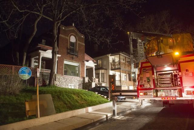 Un incendie a éclaté mercredi soir un peu avant 21 h au 89 de la rue Brooks au... (Spectre Média, Julien Chamberland)
