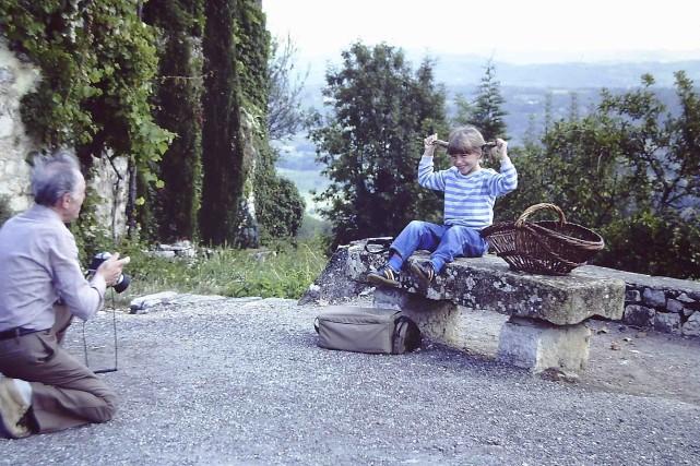 Clémentine Deroudille pose pour son grand-père à Loubressac... (Fournie par Funfilm)