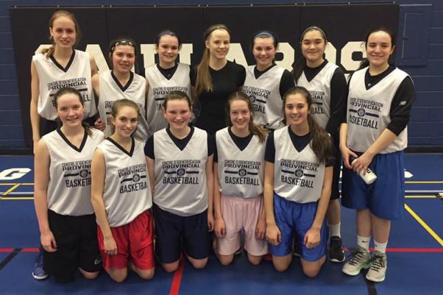 L'équipe féminine U15 de Saguenay Basketball, ainsi que... (Photo courtoisie)