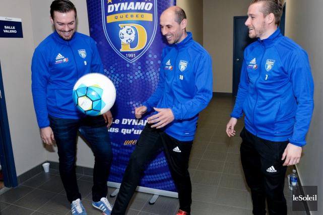 Le capitaine du Dynamo, Samuel Georget, s'amuse avec... (Le Soleil, Jean-Marie Villeneuve)