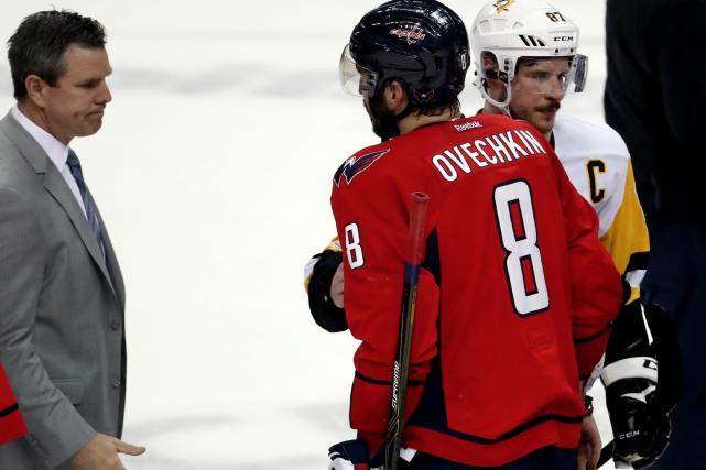 Alex Ovechkin et Sidney Crosby après la victoire... (AP, Alex Brandon)