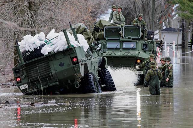 Un véhicule blindé des Forces armées s'est embourbé... (Photo Alain Roberge, La Presse)