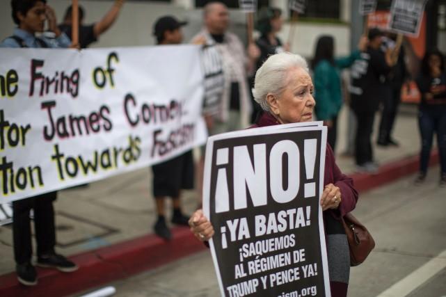 Des manifestants dénoncent le congédiement dudirecteur du FBI... (AFP)