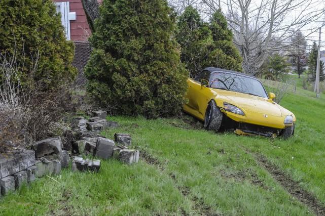 Cette voiture est passée bien près de heurter... (Photo Gimmy Desbiens)