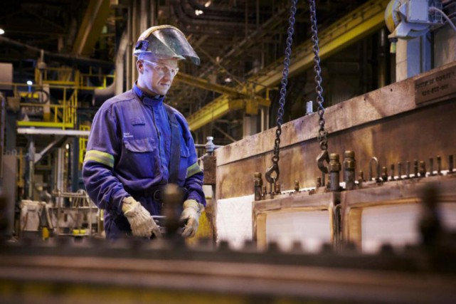 Un employé s'affaire à l'aluminerie de RioTintoAlcan àAlma.... (PHOTO FOURNIE PAR RIO TINTO ALCAN)