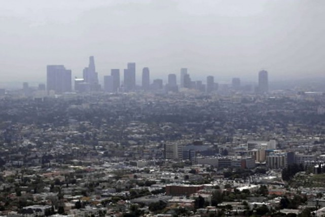 Los Angeles sous le smog.... (Photo archives AP)