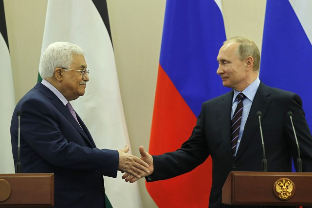 Le président palestinien Mahmoud Abbas et son homologue... (Photo YURI KOCHETKOV, Agence France-Presse)