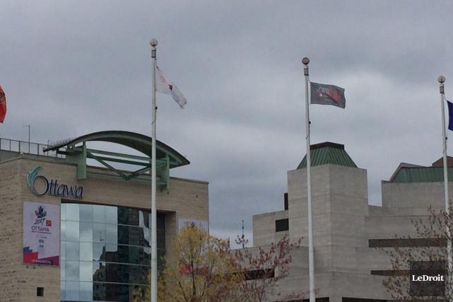 Le drapeau gris à la droite de l'image... (Etienne Ranger, Le Droit)