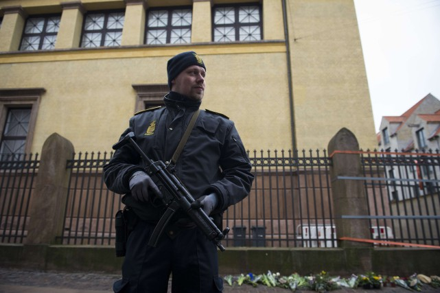 Un policier monte la garde devant une synagogue... (ARCHIVES AFP)