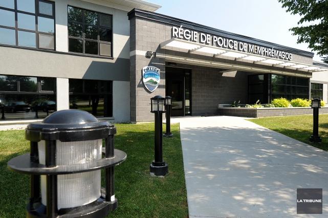 Le syndicat des policiers de la Régie de police Memphrémagog a récemment signé... (Archives La Tribune, Frédéric Côté)