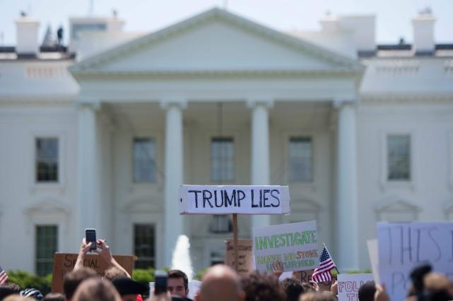 Des manifestants rassemblés devant la Maison-Blanche mercredi ont... (PHOTO AFP)