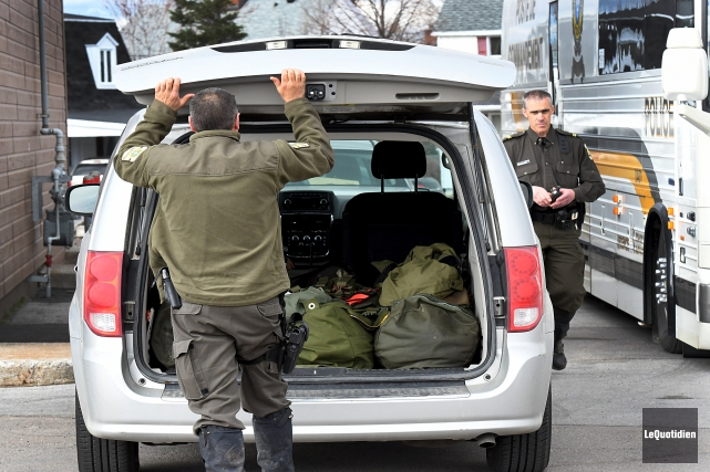 Des policiers ont fait des recherches dans un... (Photo Le Quotidien, Rocket Lavoie)
